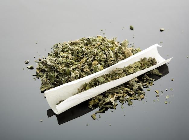 Sigaretta fatta a mano con marijuana essiccata
