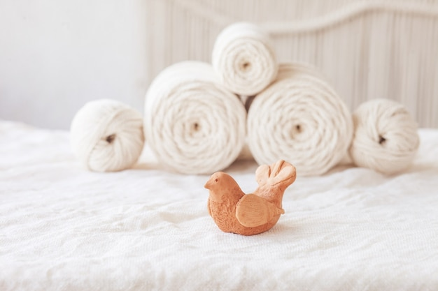 Intreccio di uccelli e macramè fatti a mano in argilla e fili di cotone. immagine buona per striscioni e pubblicità in macramè e artigianato. copia spazio