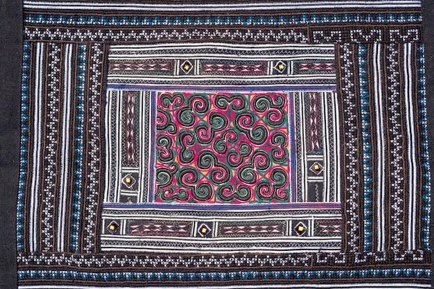 Panno fatto a mano con motivi etnici hmong. gli hmong sono un gruppo etnico delle regioni montuose della cina, del vietnam e della thailandia. ricordo tradizionale del modello del tessuto nel mercato di strada a sapa, vietnam