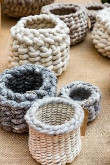 Cesti di lana di pecora lavorati a mano all'uncinetto