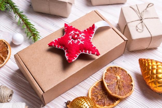 Decorazioni fatte a mano con scatola di cartone, concetto di natale