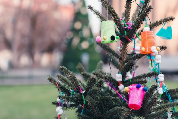 Decorazione fatta a mano su un albero di natale idee fai da te concetto di ambiente