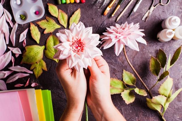 Fai da te fatti a mano che realizzano fiori realistici in schiuma