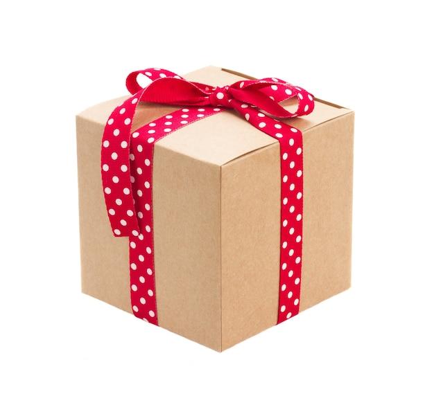 Contenitore di regalo fatto a mano isolato su bianco