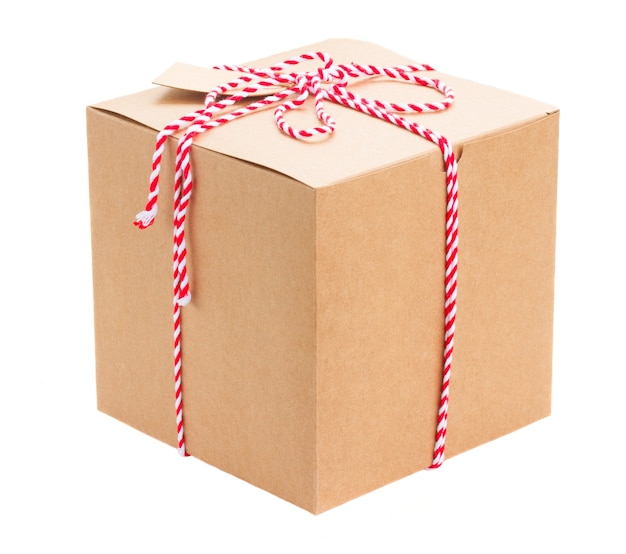 Confezione regalo fatta a mano con tag di carta isolato su bianco
