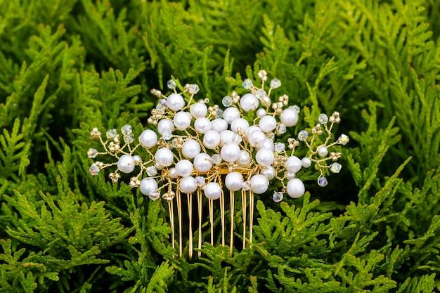 Gioielli fatti a mano pettine per capelli realizzato con cristalli e strass le tendenze nello stile del matrimonio preparano la sposa per la cerimonia selezione di gioiellibellissimo pettine di perle di cristallo su cipresso