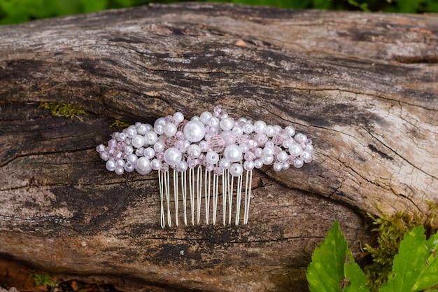 Gioielli fatti a mano pettine per capelli realizzato con cristalli e strass le tendenze in stile matrimonio preparano la sposa per la cerimonia selezione di gioiellibellissimo pettine di perle di cristallo su corteccia