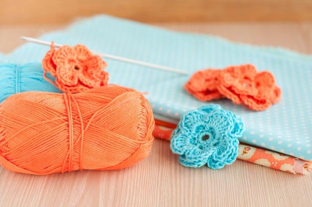 Fiori fatti a mano all'uncinetto a maglia