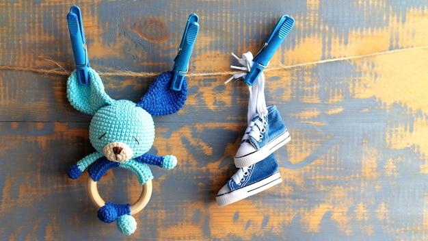 Giocattolo lavorato a maglia per bambini e scarpette a rete su filo. vista dall'alto