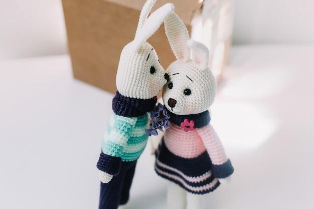 Conigli giocattolo lavorati a maglia fatti a mano