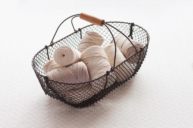 Intreccio macramè fatto a mano e fili di cotone in cestino
