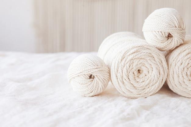 Intreccio macramè fatto a mano e fili di cotone. immagine buona per striscioni e pubblicità in macramè e artigianato. copia spazio