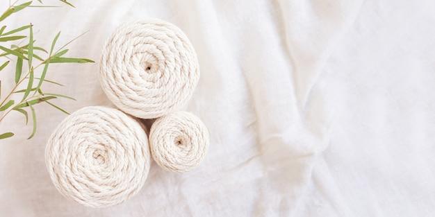 Intreccio macramè fatto a mano e fili di cotone.
