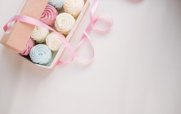 Marshmallow fatti a mano in una scatola