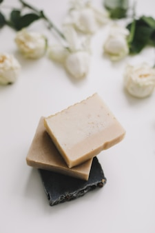Sapone naturale fatto a mano, produzione di saponette, concetto di cura della pelle