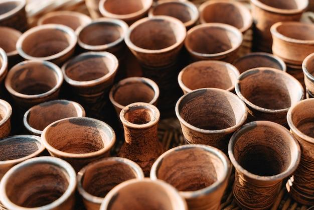 Prodotti onchard fatti a mano sul banco del mercato.