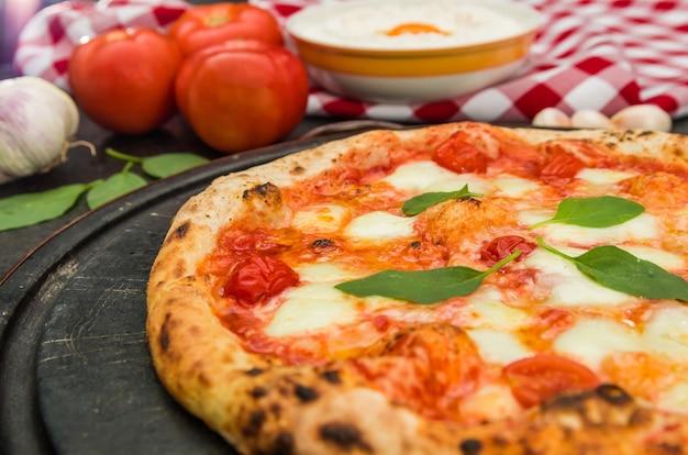 Pizza fatta a mano Foto Premium