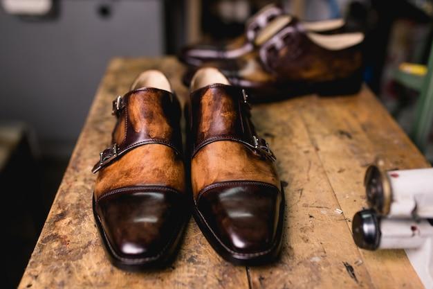 Scarpe fatte a mano nel laboratorio del calzolaio.
