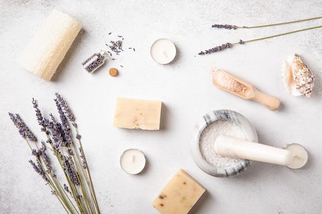 Sapone artigianale e oli ai fiori di lavanda. salute e cura di sé. aromaterapia fragranza essenziale. sfondo naturale. vista dall'alto, copia spazio, disposizione piatta. cosmetico naturale.
