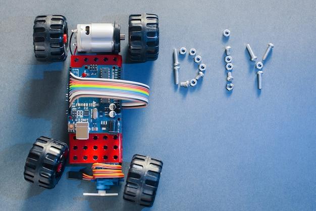 Macchina giocattolo fatta a mano su base microcontrollore