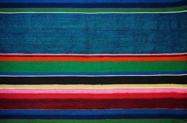 Trama di tappeto a strisce colorate ucraino tradizionale a mano vecchio tappeto
