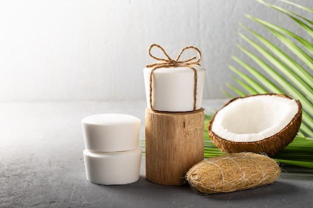 Sapone al cocco bianco fatto a mano su grigio