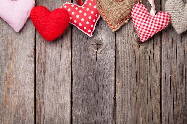 Cuori di san valentino fatti a mano sulla tavola di legno. vista dall'alto con copia spazio