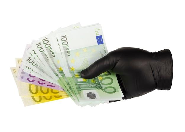 Le mani in guanti neri tengono le banconote in euro 2