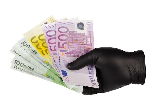 Le mani in guanti neri tengono le banconote in euro 4