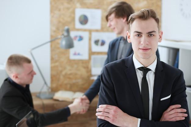 Le mani dell'uomo d'affari nel luogo di lavoro hanno attraversato sul petto