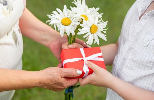 Mani di un bambino che tiene un regalo. regali di tempo. kid holding regalo avvolto