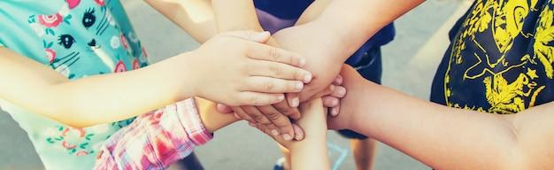 Mani di bambini, molti amici, giochi. messa a fuoco selettiva