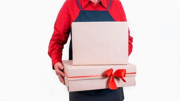 Mani di consegnare tenere scatole con fiocchi rossi