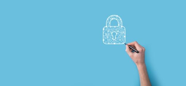 Le mani disegnano l'icona di un lucchetto con un pennarello. rete di sicurezza cyber. rete di tecnologia internet protezione delle informazioni personali dei dati sul tablet. concetto di privacy di protezione dei dati. gdpr. unione europea.