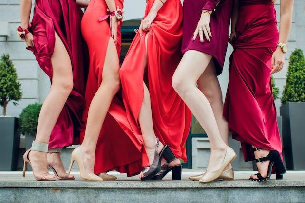 Mani e piedi ragazze con i tacchi, ragazze sollevarono la gamba destra