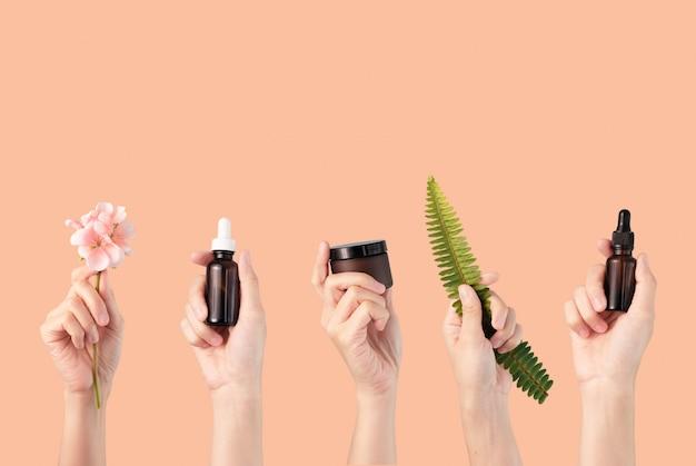 Le mani tengono il prodotto cosmetico naturale per la cura della pelle