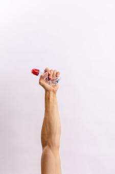 Le mani tengono la spazzatura su uno sfondo chiaro