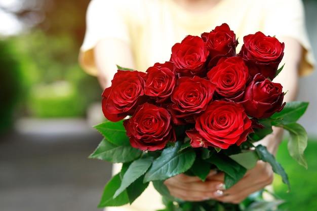 Mani che tengono un mazzo di fiori