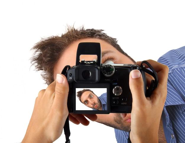 Mani in possesso di una macchina fotografica e scattare una foto per wow uomo.