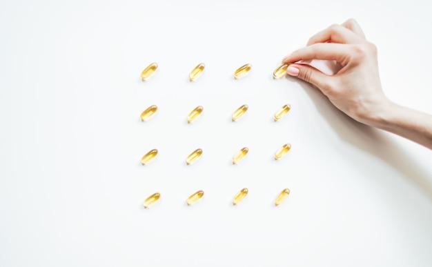 Mani che tengono olio di pesce capsula Foto Premium