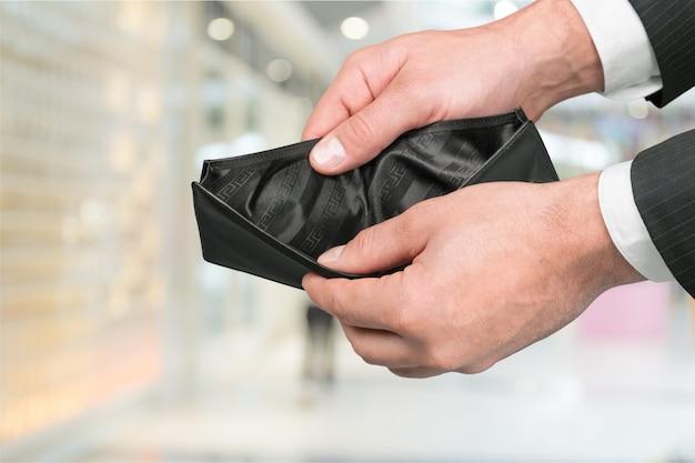 Mani che tengono portafoglio vuoto. crisi, concetto di povertà