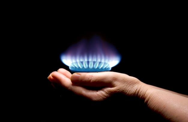 Mani che tengono un gas di fiamma