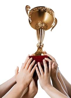 Mani che tengono il trofeo d'oro su sfondo bianco