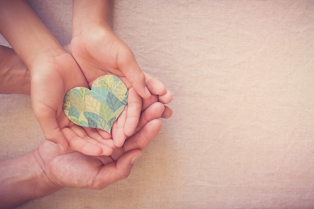 Mani che tengono a forma di cuore fogliare, responsabilità sociale csr, vita eco-sostenibile, vegano, giornata mondiale dell'ambiente, giornata della terra