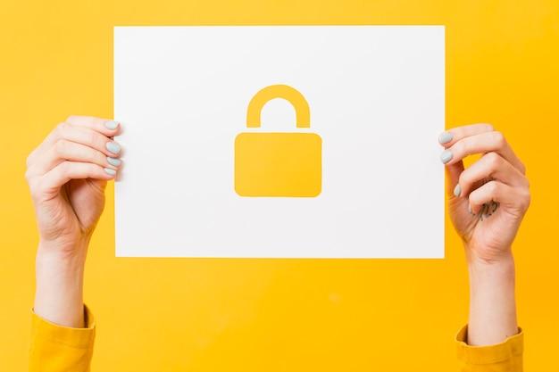 Mani in possesso di carta con serratura