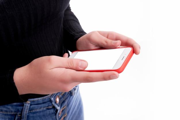 Mani che tengono il telefono su priorità bassa bianca e con lo spazio della copia