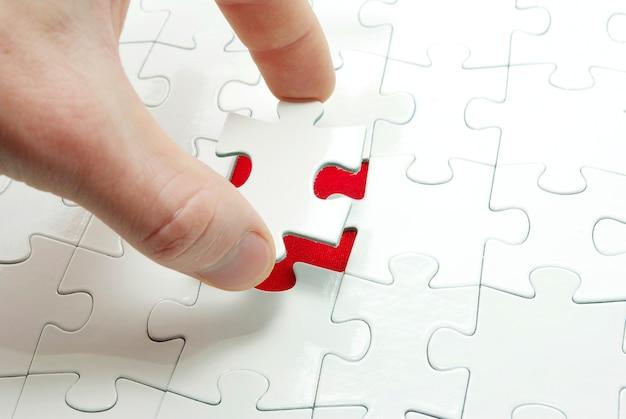 Mani che tengono un pezzo di puzzle. concetti di business