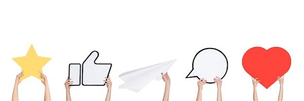 Mani che tengono i segni dei social media sul volantino di sfondo corallo copyspace per il tuo testo