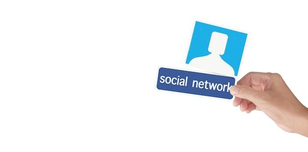 Mani che tengono il servizio di social networking stampato su carta