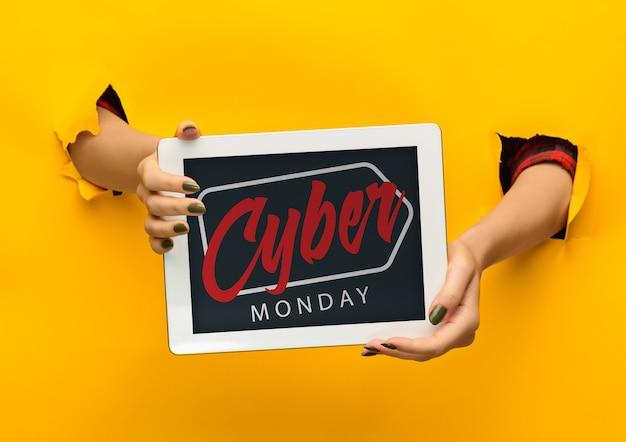 Mani che tengono lo schermo del tablet con scritta venerdì nero su sfondo giallo